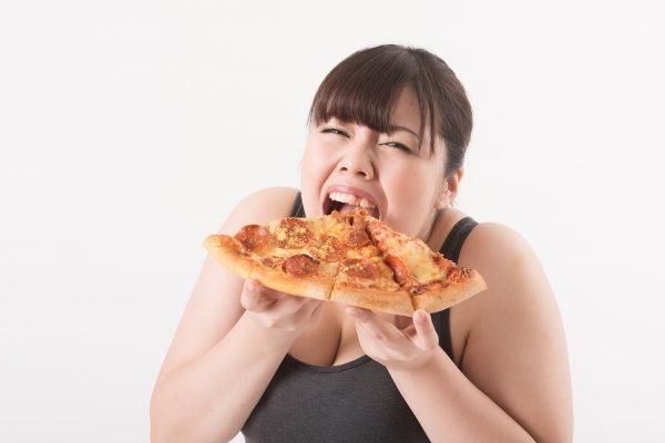 ピザ喰う女性