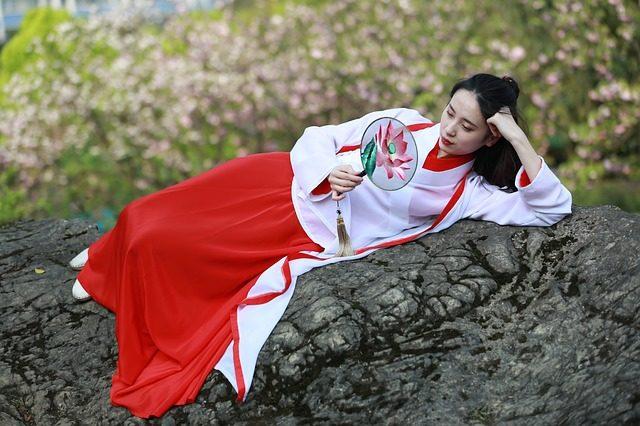 横たわる中国女性