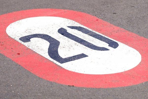 20km制限道路標識