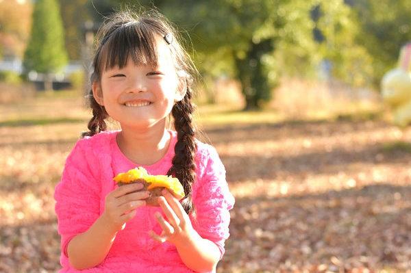 焼きいもを食べる少女